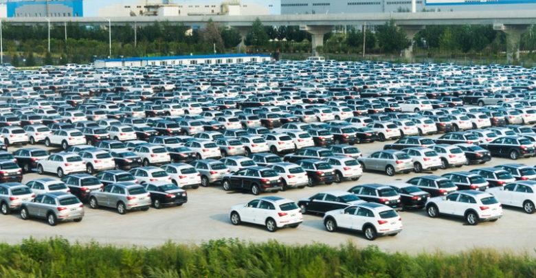 רכבים של פולקסווגן חונים מחוץ למפעל החברה בסין