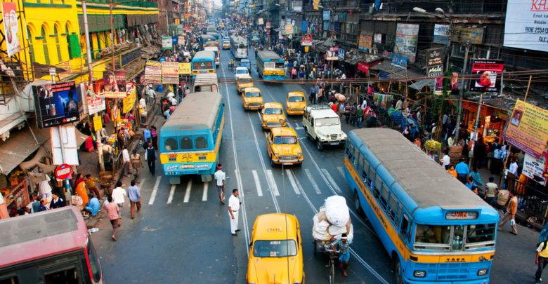 תנועה ומוניות ברחוב ראשי בקולקטה, הודו