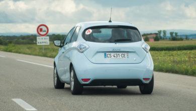 רנו זואי בצבע תכלת בהיר מאחור נוסעת בכביש מהיר בצרפת
