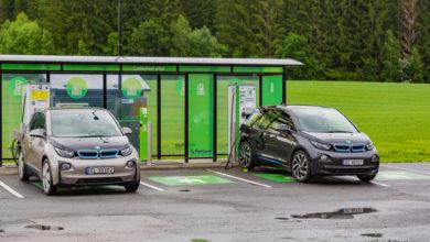 שני רכבי BMW i3 חשמליים נטענים כשברקע דשא ועצים ירוקים בנורווגיה