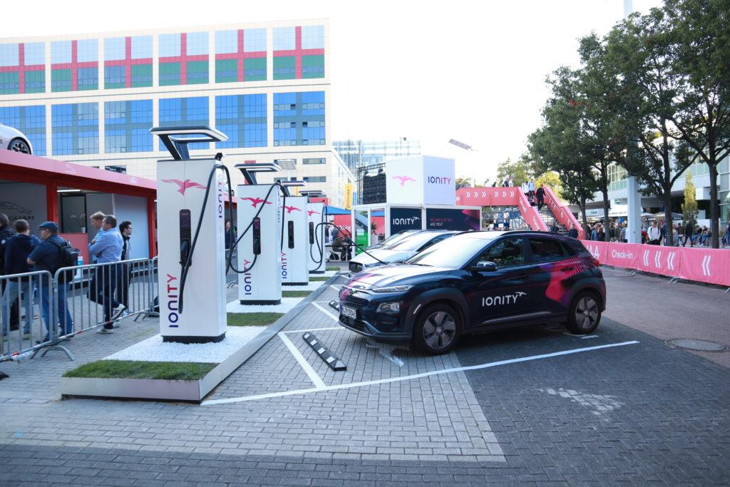 רכבים חשמליים בתחנת עמדות טעינה של Ionity בתערוכת הרכב בפרנקפורט