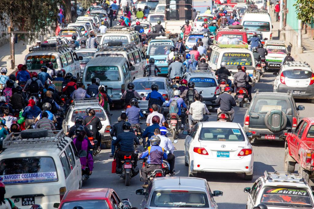 פקק תחבורה במהלך היום בקטמנדו, נפאל