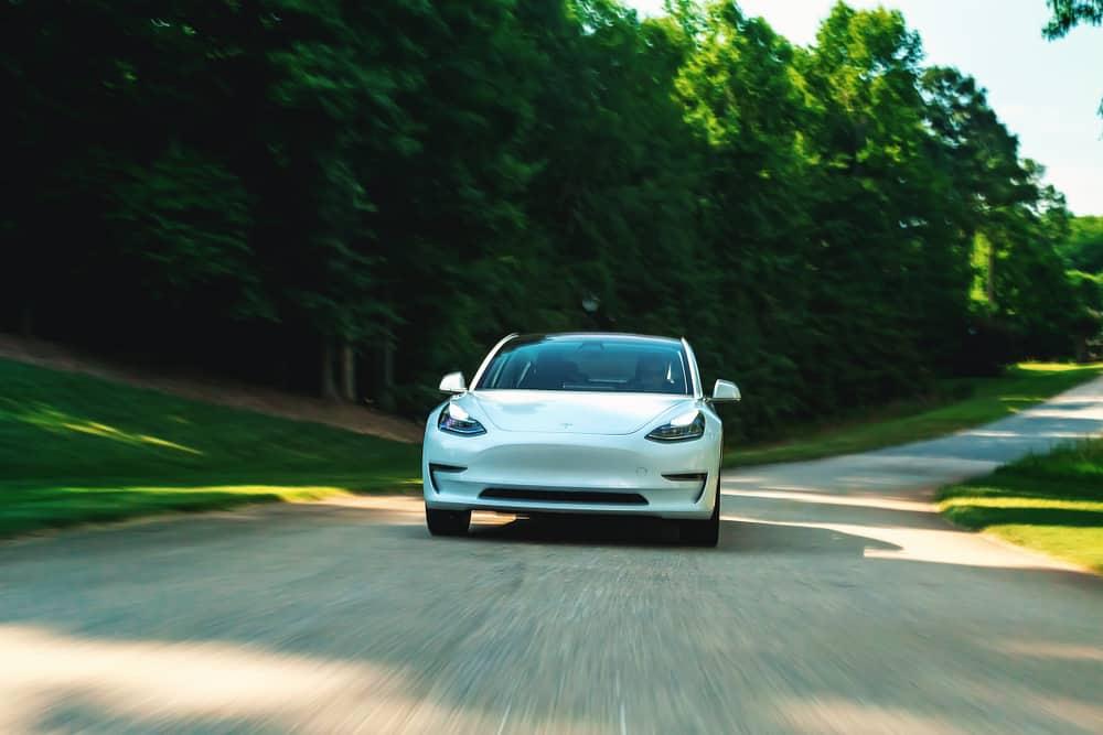 טסלה מודל 3 בצבע לבן נוסעת על כבישי ארצות הברית