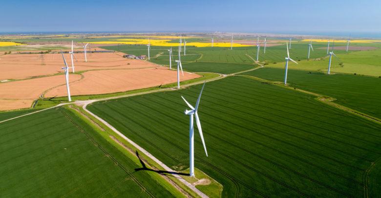 טורבינות רוח לייצור חשמל בשדות ירוקים באנגליה