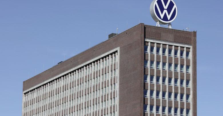 הלוגו החדש של פולקסווגן על מגדל Markenhochhaus בעיר וולפסבורג שבגרמניה