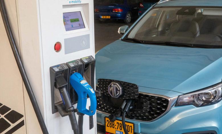 MG חשמלית בצבע תכלת מחוברת לעמדת טעינה מהירה של ג׳ינרג׳י ב-M הדרך