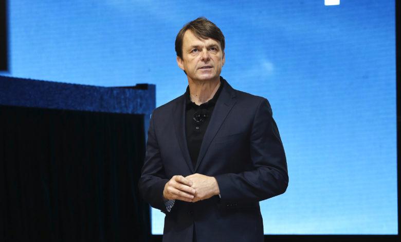 """מייק מאנלי, מנכ""""ל פיאט-קרייזלר על רקע כחול"""