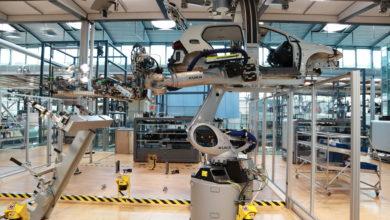 שלדה של פולקסווגן גולף חשמלית במפעל בדרזדן גרמניה