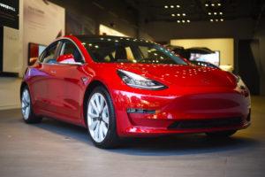 טסלה מודל 3 אדומה בסוכנות רכבים בקליפורניה ארצות הברית