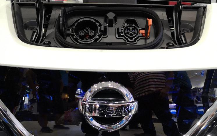 הלוגו הקדמי של רכב ניסאן ליף עם שקע הטענה מעל הלוגו