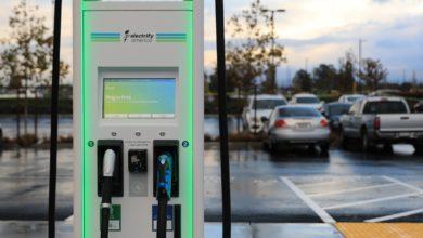 עמדות טעינה לרכב חשמלי בסן פרנסיקו של חברת Electrify America