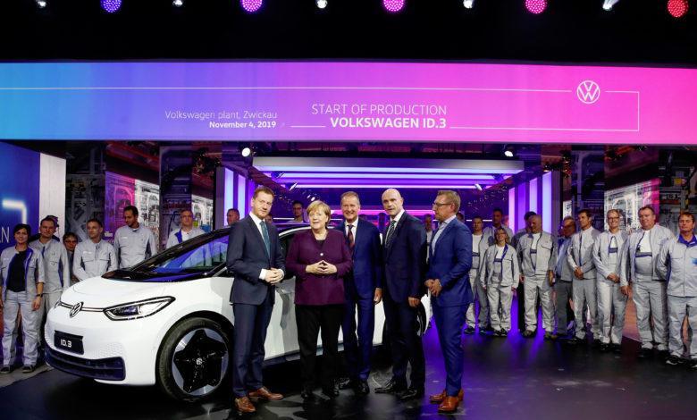 הרברט דיאס מנכל פולקסווגן עם אנגלה מרקל, בכירים נוספים בפולקסווגן ובממשל הגרמני עומדים כשמאחוריהם רכב חשמלי מסוג ID.3 לבן