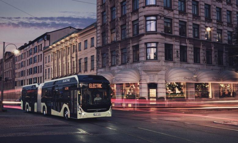אוטובוס חשמלי מדגם 7900 של וולוו נוסע בלילה ברחוב
