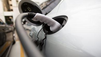כבל הטענה לרכב חשמלי מחובר לרכב חשמלי לבן