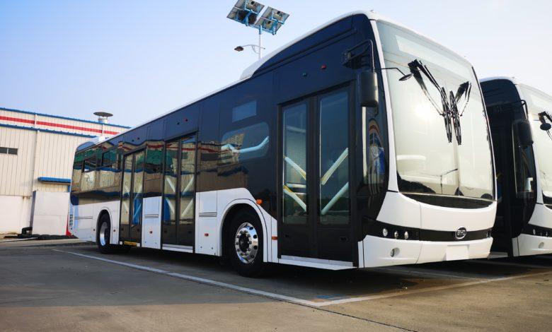 אוטובוס חשמלי של חברת BYD בצבעים שחור ולבן חונה בחניון מסומן לאוטובוס