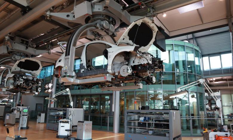 פס ייצור של פולסקווגן גולף חשמלית במפעל השקוף של פולקסווגן בדרזדן