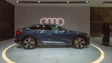 אאודי אי טרון חשמלית במבט מהצד מוצגת בתערוכת הרכב בלוס אנגלס ארצות הברית