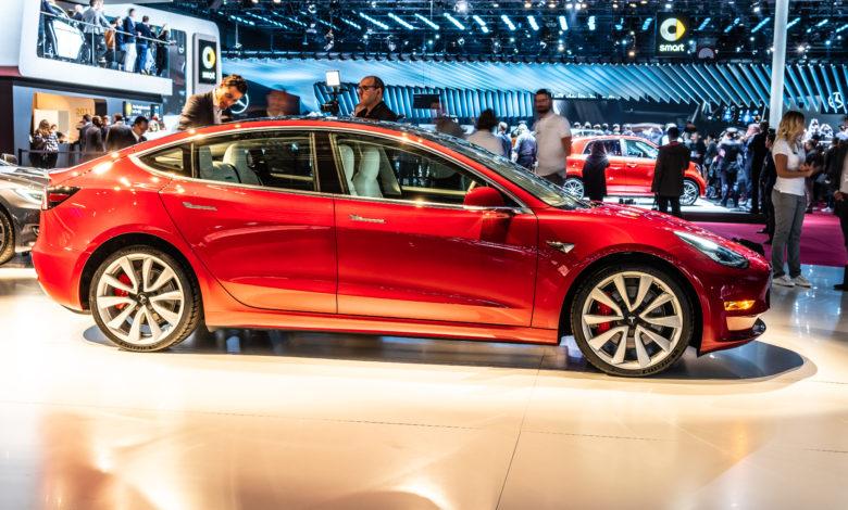 טסלה מודל 3 אדומה בתערוכת הרכב הבינלאומית בפריז