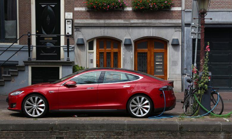 טסלה מודל S אדומה חונה ברחובות אמסטרדם, הולנד