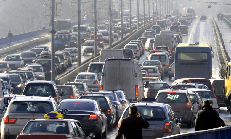 עומס תנועה של מכוניות בכביש מהיר