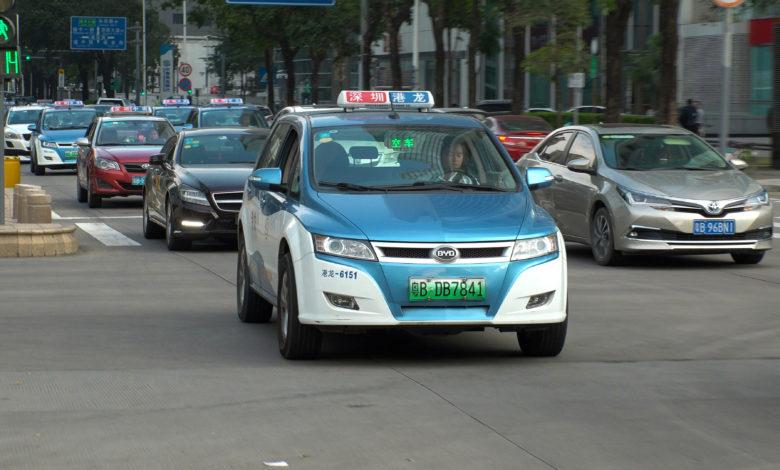 מונית חשמלית נוסעת על הכביש בסין