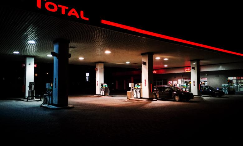 תחנת דלק של חברת טוטאל עם כיתוב אדום זוהר בלילה