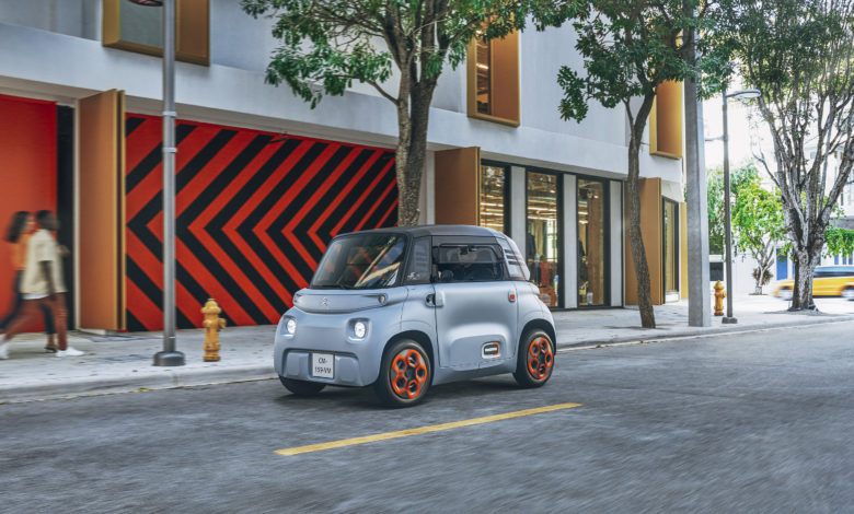 רכב חשמלי קטן Ami של סיטרואן בכביש עירוני