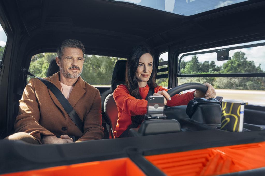 פנים הרכב החשמלי Ami, אישה נוהגת ברכב ולצידה יושב גבר