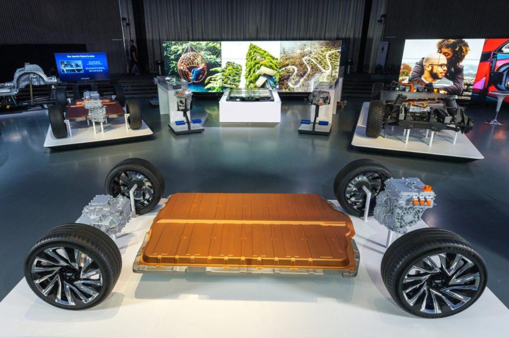 תצוגה של פלטפורמת הסוללות החדשה של ג׳נרל מוטורס ביום הרכב החשמלי של החברה