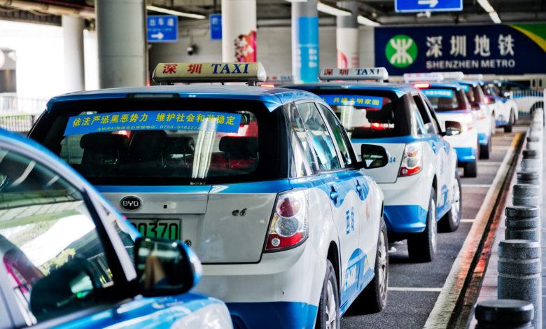 מוניות חשמליות של חברת BYD עומדות בתור בתחנת רכבת בעיר שנג'ן שבסין