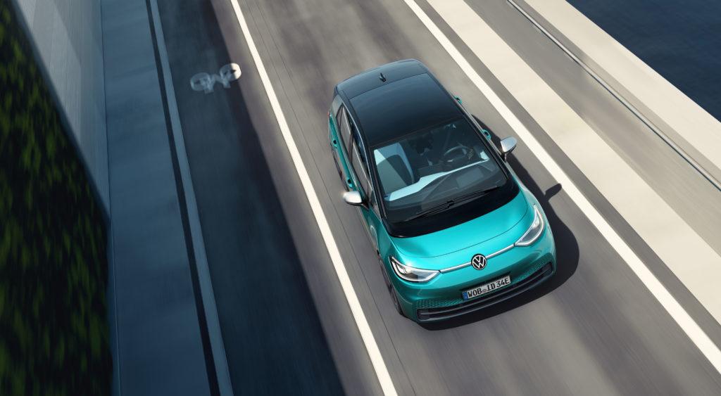 פולקסווגן ID.3 החשמלית החדשה בצבע טורקיז נוסעת על כביש, צילום מרחפן
