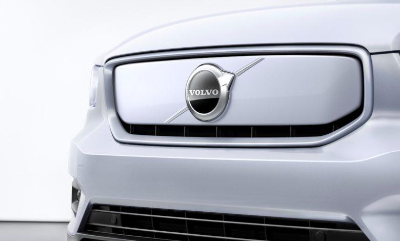 קדמת הרכב של וולוו XC40 Recharge בצבע אפור בהיר עם לוגו החברה