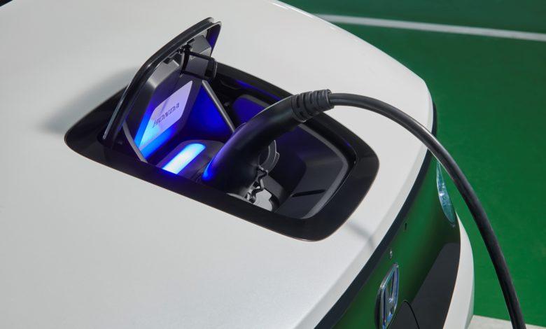 קדמת הרכב הונדה e החשמלית מחוברת לעמדת טעינה