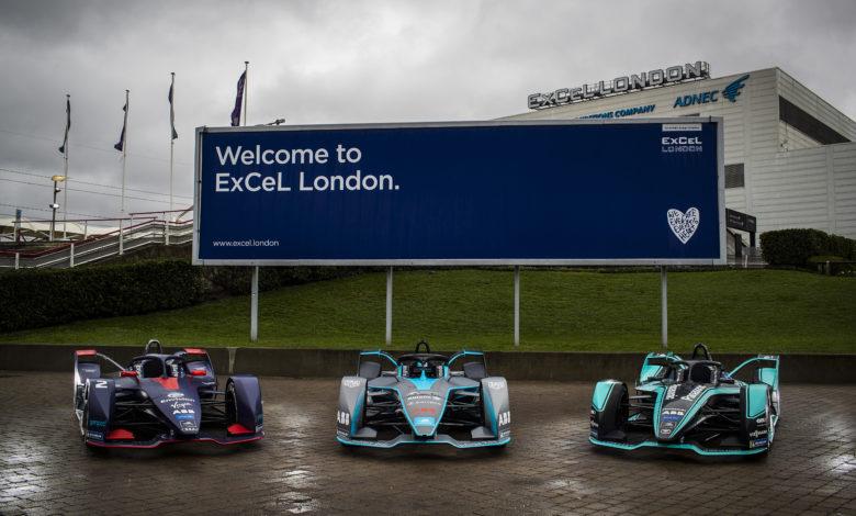 שלטשה רכבי פורמולה E ומאחוריהם שלט גדול עם הכיתוב Welcome to ExCel London