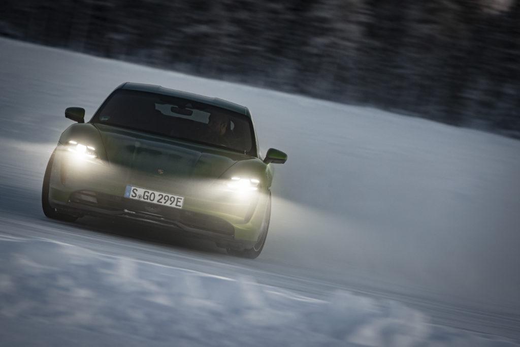 פורשה טייקאן 4S חשמלית על משטח שלג עם אורות דלוקים