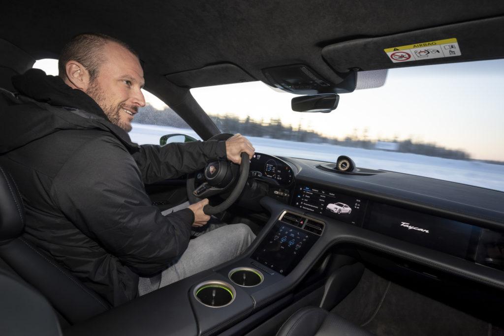 פנים הרכב של הפורשה טייקאן 4S עם הנהג אקסל לונד סווינדל בנהיגת חורף