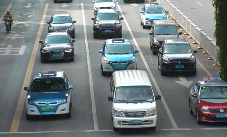 כביש בסין עם מוניות חשמליות בצבע כחול עליו