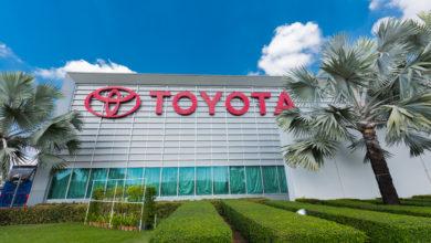 מבנה של מפעל של טויוטה עם הלוגו של טויוטה באדום