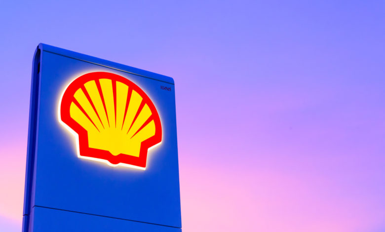 לוגו של חברת Shell בתחנת דקל עם רקע של שמיים כחולים סגולים בשקיעה