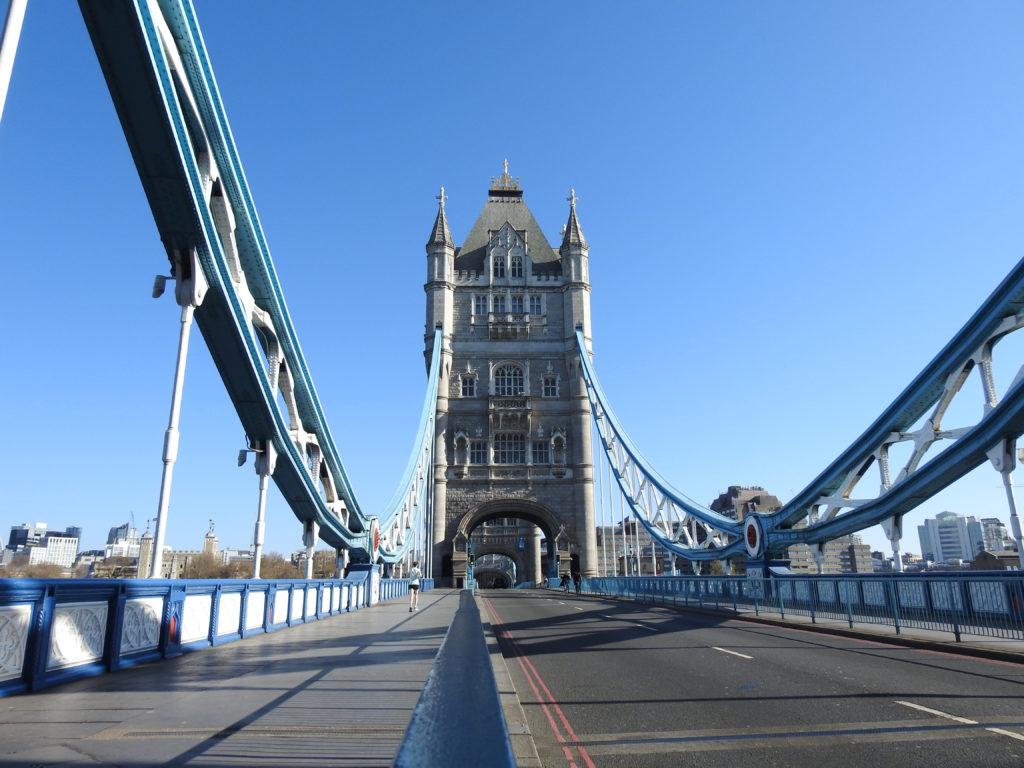 גשר מצודת לונדון ריק מאדם ורכבים לאור הסגר בעקבות נגיף הקורונה