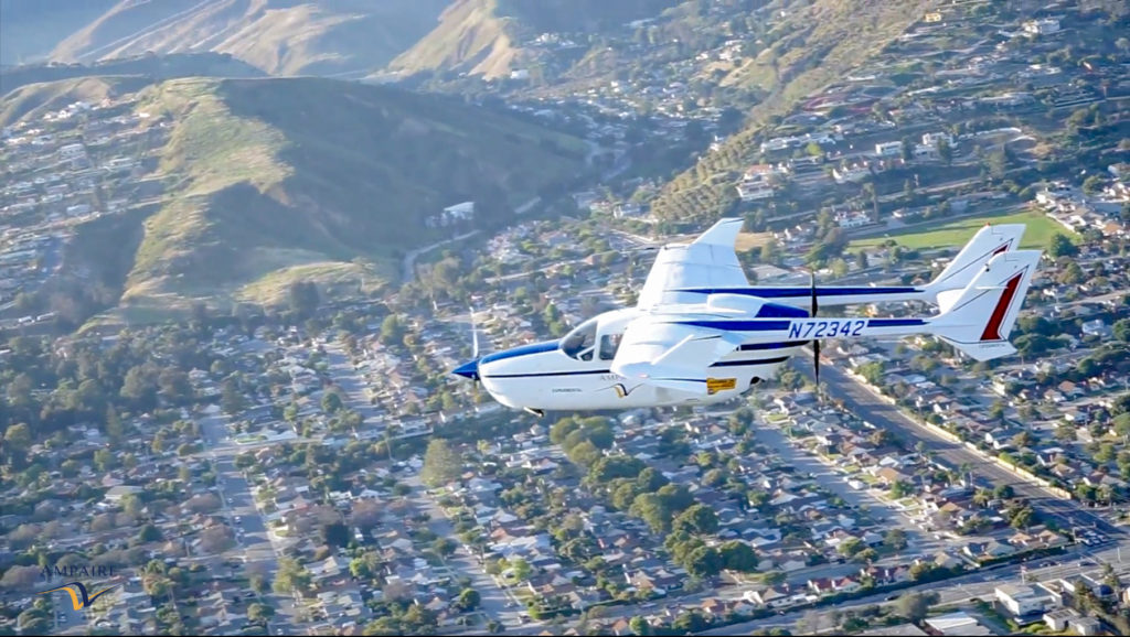 מטוס חשמלי של Ampaire טס מעל עיר בארצות הברית