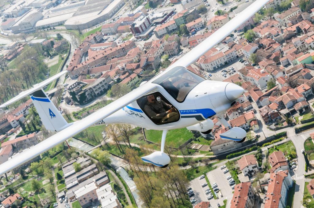 Alpha Electro בטיסה מעל עיר