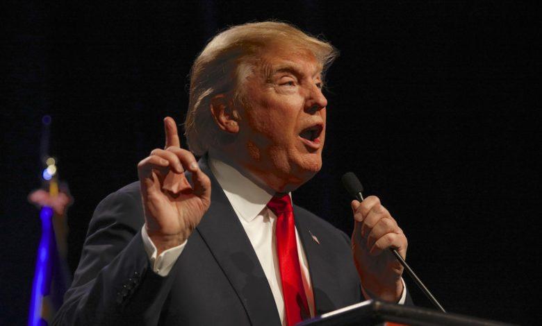 דונלד טראמפ נואם מול מיקרופון