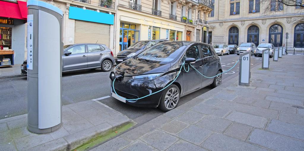 רנו זואי חונה ברחוב בפריז ומחוברת לעמדת טעינה