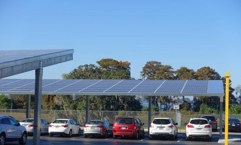 פאנלים סולארים מעל חניה של רכבים ביוסטון טקסס