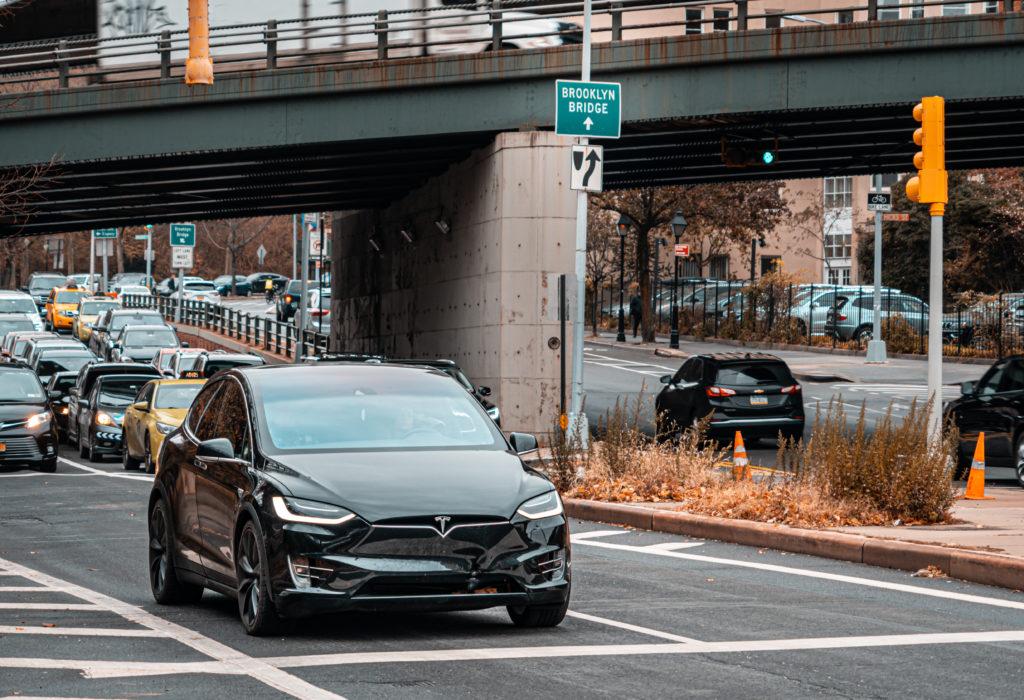 טסלה מודל X שחורה בכביש בעיר ניו יורק, ארצות הברית