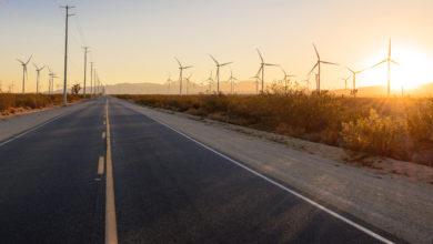 טורבינות רוח לאורך כביש בשקיעה בקליפורניה ארצות הברית