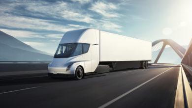 משאית לבנה מסוג טסלה סמי נוסעת על גשר
