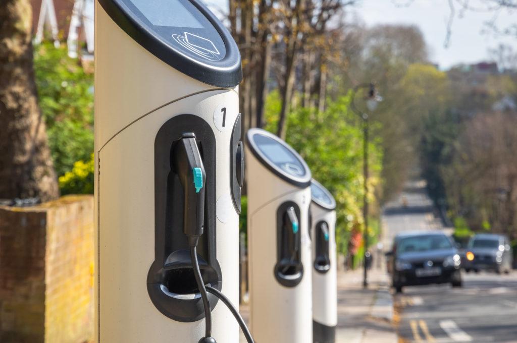 שורה של עמדות טעינה לרכב חשמלי ברחוב בלונדון