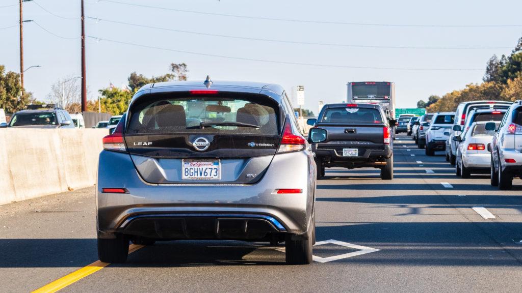 ניסאן ליף נוסעת בכביש מהיר בקליפורניה